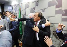 Senadores de oposição protestaram contra a leitura do relatório que trata da reforma trabalhista (FOTO: Marcos Oliveira/Agência Senado (Marcos Oliveira/Agência Senado)