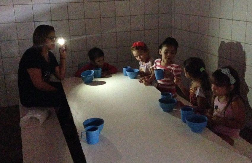 Sem energia, alunos de escola municipal de Fortaleza comem merenda sob luz de celulares