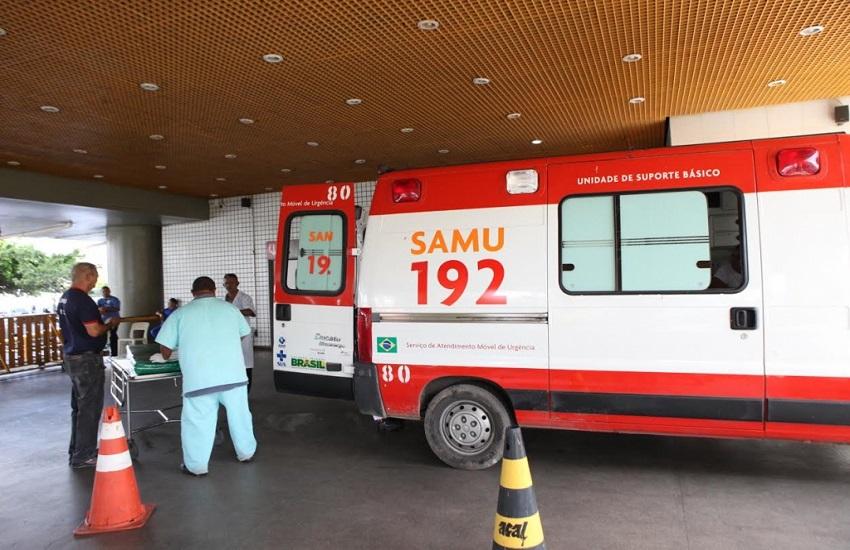 Bandidos furam pneus e assaltam ambulância do Samu que levava vítima de acidente a hospital