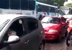 Os carros tiveram que subir calçada (FOTO: Reprodução)