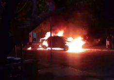 O incêndio aconteceu em frente ao 15º Distrito Policial (FOTO: Reprodução/Whatsapp)