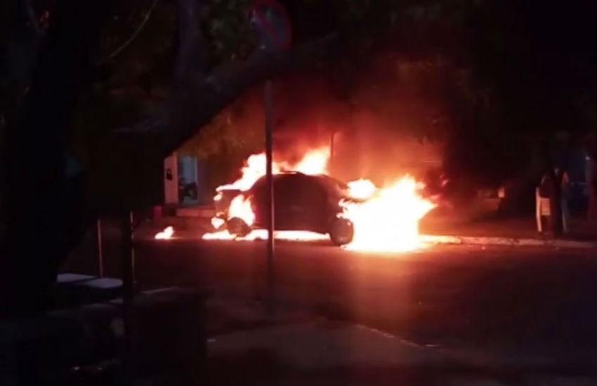 Carro de policial é incendiado em frente a uma delegacia em Fortaleza