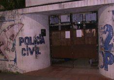 O homem saiu pela porta da frente da delegacia (FOTO: Reprodução/TV Jangadeiro)