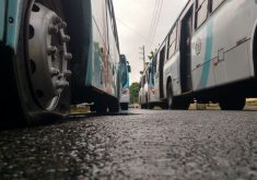 Homens que furaram pneus de ônibus foram autuados por dano a patrimônio (FOTO: Dorian Girão/TV Jangadeiro)