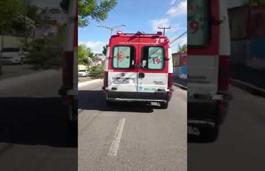 Ambulância do Samu é flagrada com portas fechadas por um cinto em Fortaleza