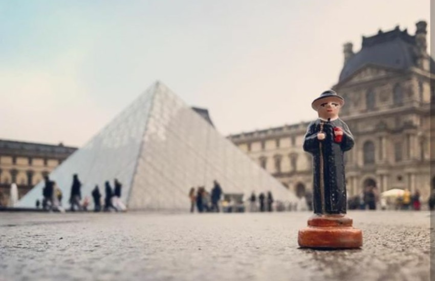 Fotógrafo faz fotos com mini estátua de Padre Cícero em vários cantos do mundo