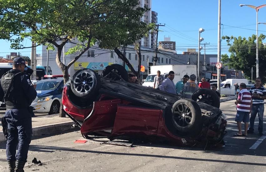 Acidente grave envolvendo 4 carros e 1 caminhão termina com motorista morto
