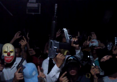 Um grande arsenal de armas é apresentado no vídeo (FOTO: Reprodução Barra Pesada)