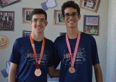 Celso Renan e Vinícius Gabriel comemoram as medalhas de bronze (FOTO: Divulgação/Colégio Master)