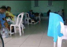 Pacientes ficam dias sendo atendidos sentados em cadeiras de plástico. (Foto: Tribuna do Ceará)