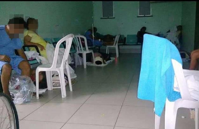 Pacientes são internados em cadeiras de plástico no Hospital de Messejana, em Fortaleza