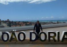 Dória recebeu como homenagem letreiro com seu nome. (Foto: Jéssica Welma/Tribuna do Ceará)