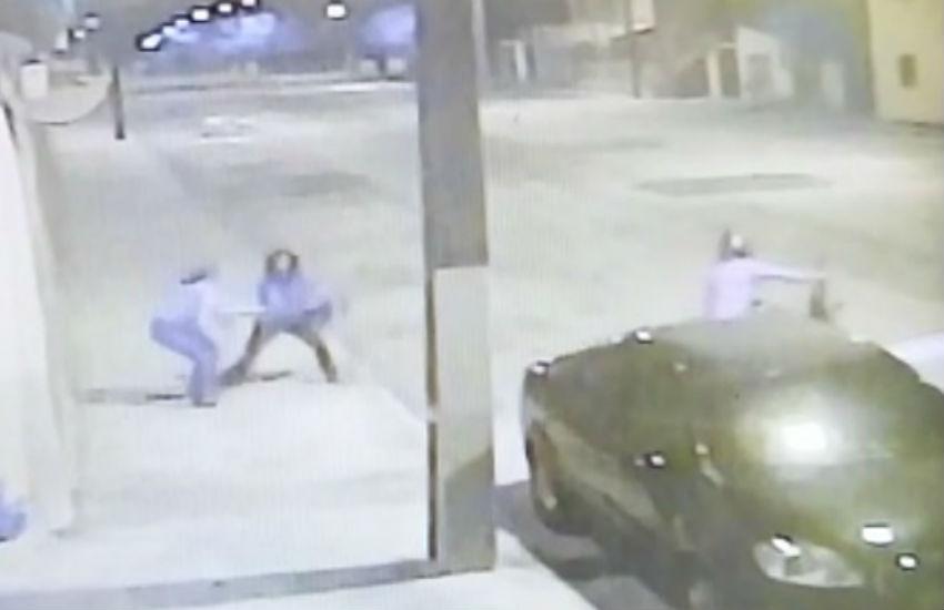 Mulher briga com assaltante para evitar roubo de bolsa em Fortaleza