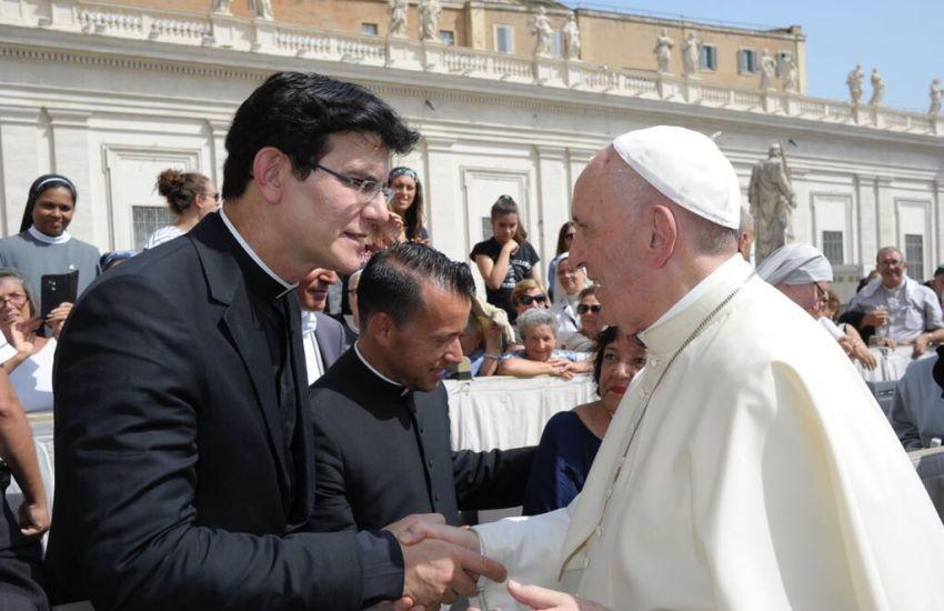 Padre Reginaldo Manzotti é recebido por papa Francisco no Vaticano