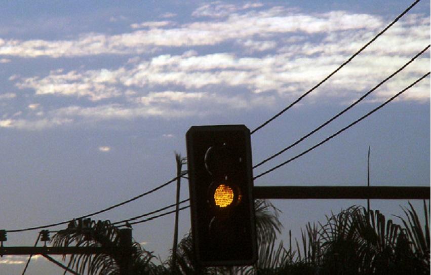 Passar no sinal amarelo não é infração de trânsito, masnecessita de cuidado
