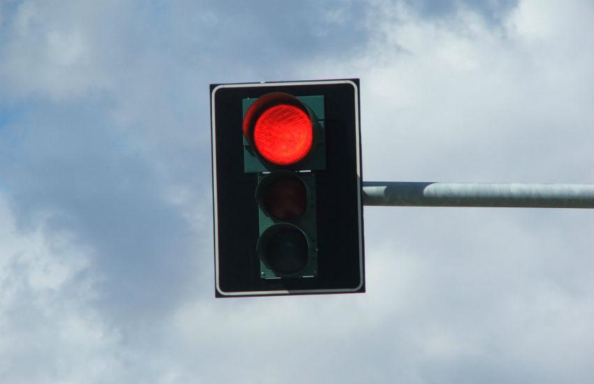 AMC reconhece que avançar o sinal vermelho é permitido durante a madrugada