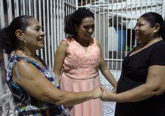Emanuela Braga no encontro com as duas mães (de criação e biológica) no dia de seu casamento e aniversário. (Foto: Jéssica Welma / Tribuna do Ceará)