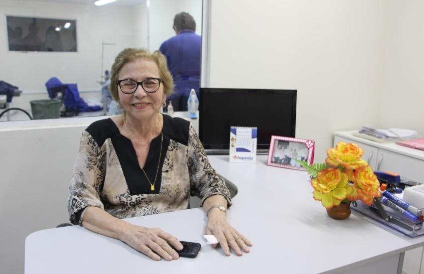 Senhora de 93 anos dá exemplo de vida ao chefiar a costura de uniformes dos médicos de hospitais da família