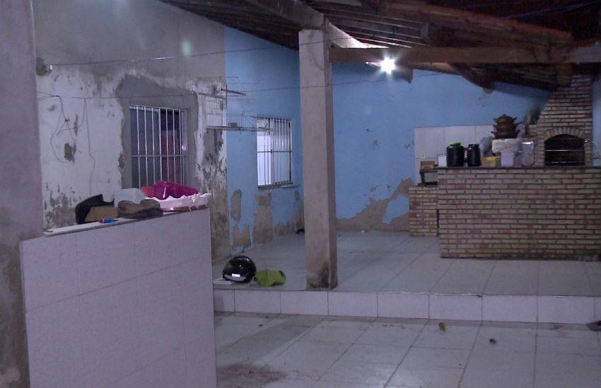 Bandidos invadem casa, espancam cachorros, fazem arrastão e roubam até um papagaio