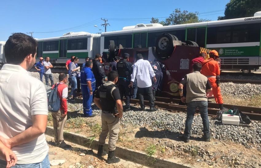 Carro-forte colide com VLT e deixa duas pessoas feridas no Vila União