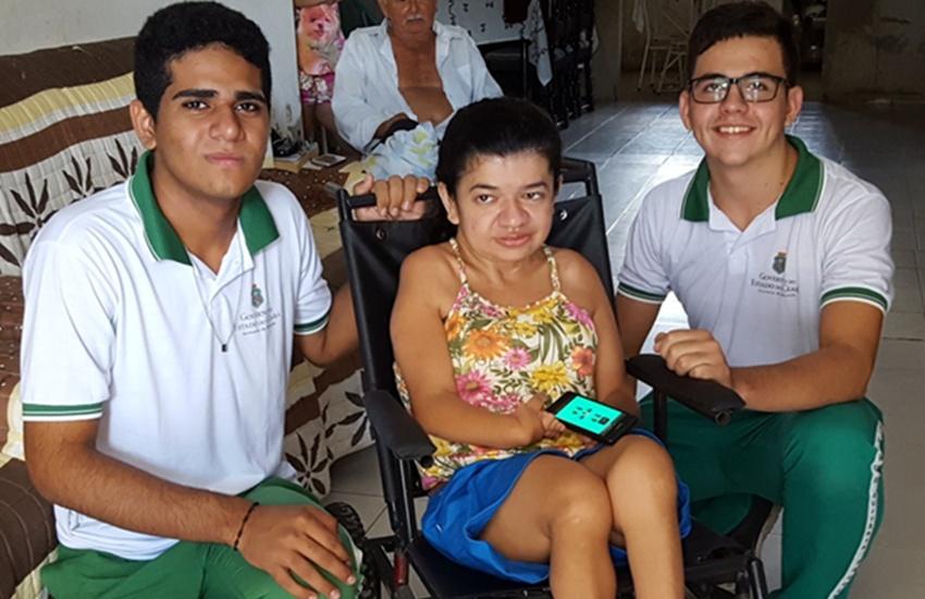 Estudantes criam cadeira de rodas controlada por smartphone e pedem ajuda para apresentar projeto