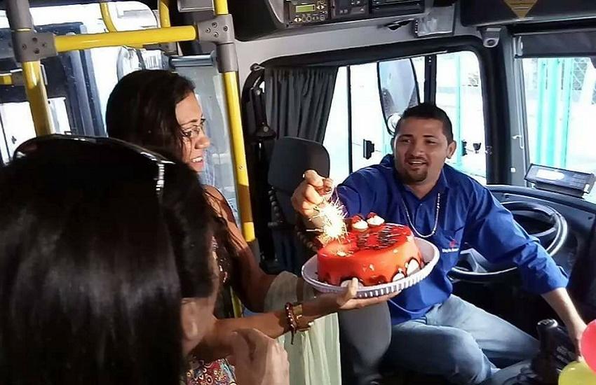Motorista de ônibus é surpreendido com festa de aniversário organizada por passageiros