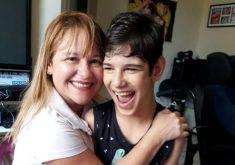 A mãe Samila Cavalcante ajuda em toda a rotinas do garoto (FOTO: Arquivo pessoal)