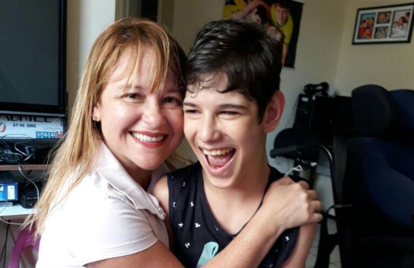 Família promove eventos para arrecadar dinheiro destinado à tratamento adolescente com paralisia cerebral