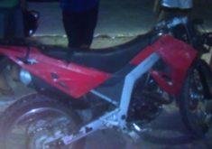 A moto ficou totalmente danificada no impacto (FOTO: Reprodução/TV Jangadeiro)