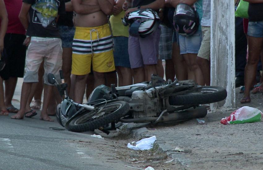 Caminhoneiro colide em motocicleta e atropela mulher após discussão banal em trânsito
