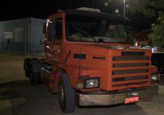 O caminhão está apreendido após o grave acidente (FOTO: Reprodução/TV Jangadeiro)