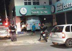 Condutor perdeu o controle da direção e colidiu na entrada da farmácia (FOTO: Reprodução/Whatsapp)