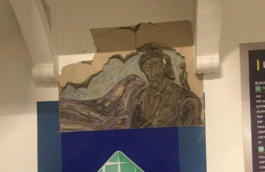 Alunos de Arquitetura estudam escultura encontrada na parede de faculdade de Fortaleza