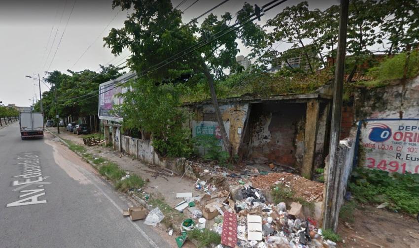 Imóvel abandonado há 20 anos incomoda moradores e comerciantes no Benfica