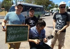 O grupo de estudantes ajuda a consolar os atrasados (FOTO: Lyvia Rocha/Tribuna do Ceará)