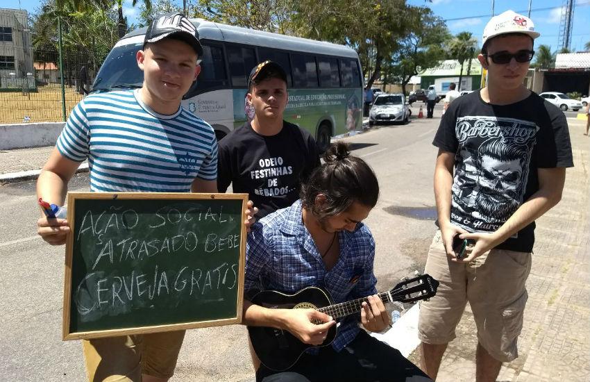 Grupo de universitários oferece cerveja e música grátis para quem se atrasar no Enem