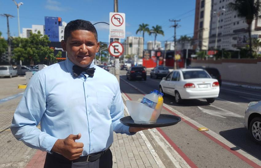Cearense vende água e suco vestido de garçom em cruzamento de Fortaleza