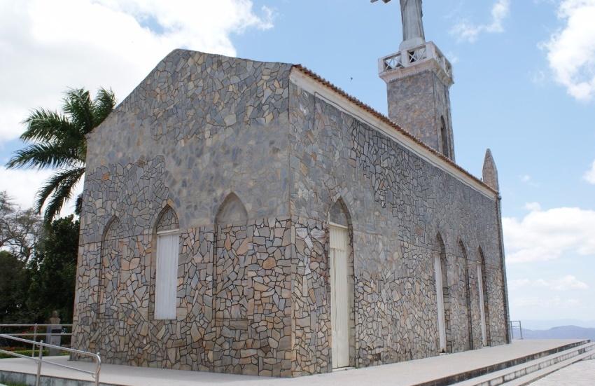 Igreja localizada no ponto mais alto de Viçosa do Ceará passa por avaliação estrutural