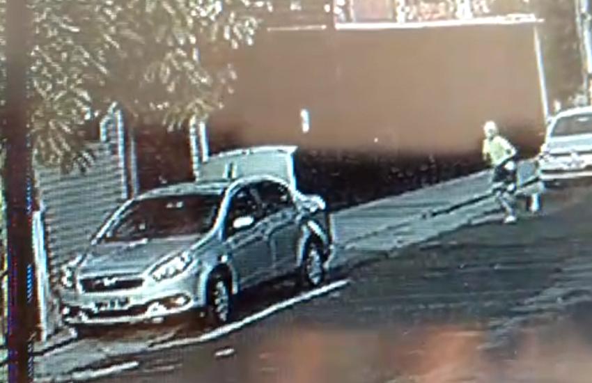 Câmera flagra idoso sendo abordado por 3 assaltantes ao entrar em casa em Fortaleza