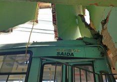 Ônibus derrubou parede da casa. (Foto: Dorian Girão/Sistema Jangadeiro)