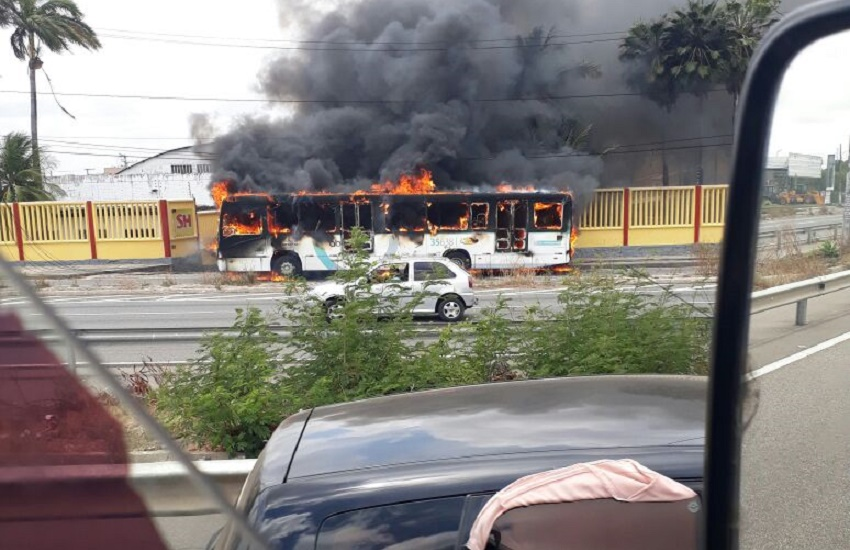 Bandidos armados incendeiam ônibus na BR-116 nesta quinta