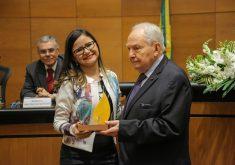 A jornalista Jéssica Welma representou o Tribuna do Ceará na entrega do prêmio. (Foto: Marcelo Regua/Amaerj)
