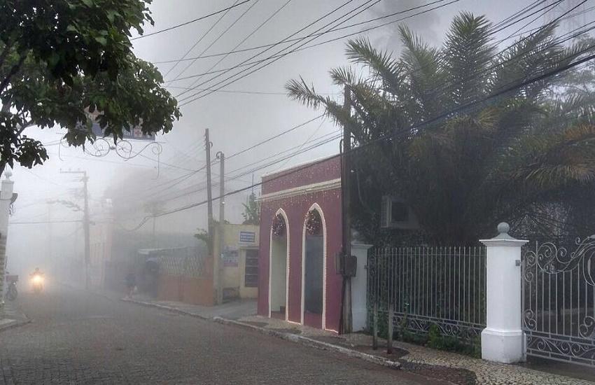 Moradores de Guaramiranga registram forte névoa cobrindo as ruas da cidade