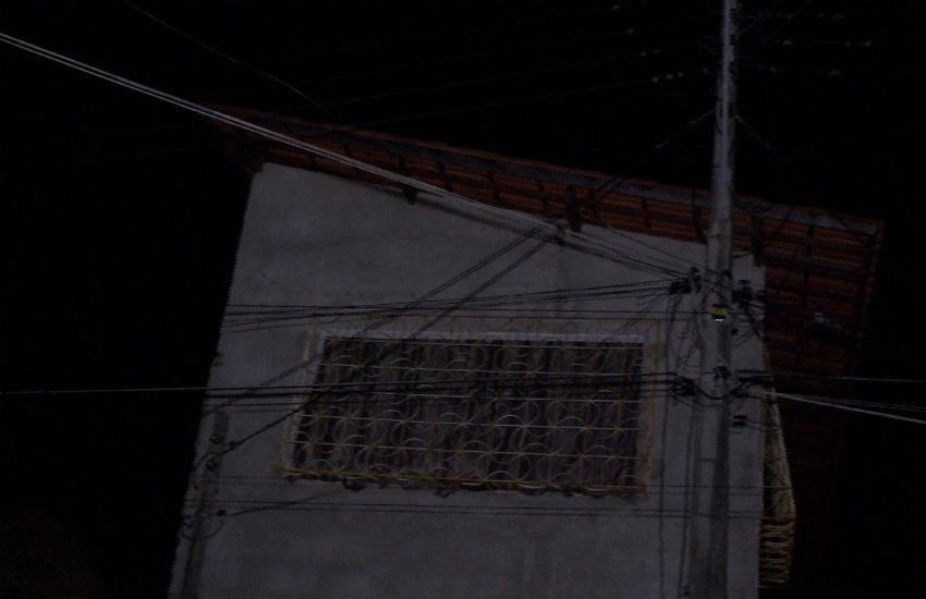 Rua em Fortaleza fica sem energia elétrica após roubo de fiação dos postes