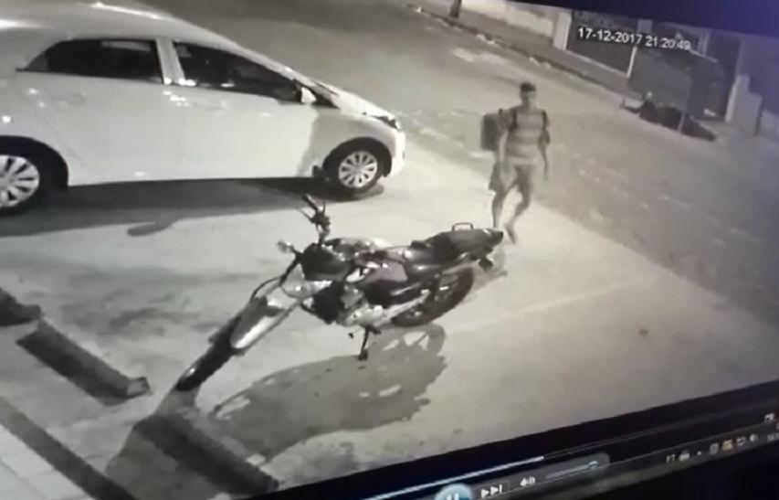 Ladrão usa disfarce de entregador de pizza para roubar moto em Fortaleza