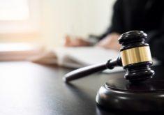 gavel-e-soundblock-da-lei-de-justica-e-advogado-trabalhando-em-um-fundo-de-mesa-de-madeira_1423-1625