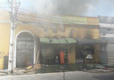 Incêndio começou na tarde de hoje. (Foto: Dorian Girão / TV Jangadeiro)