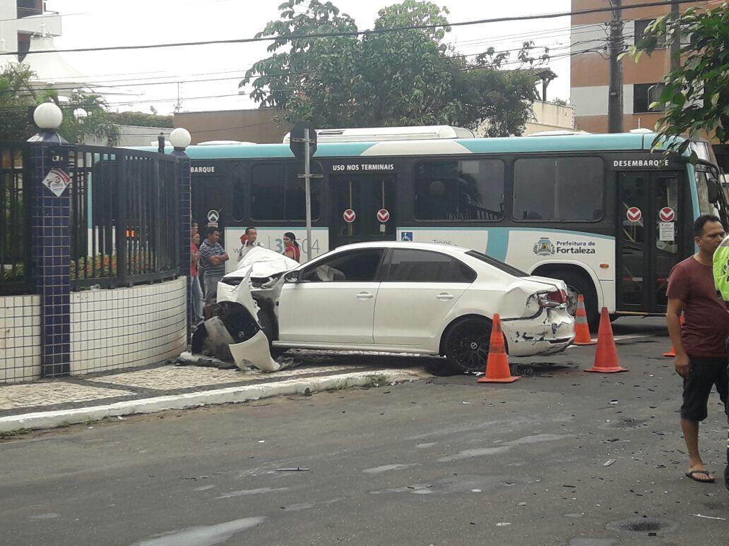 Carro avança preferencial e ônibus invade condomínio em Fortaleza