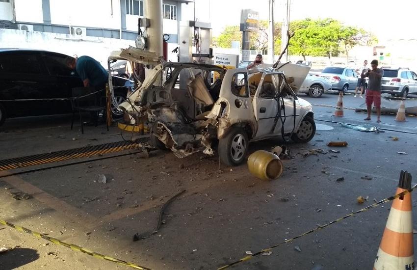 Carro ficou destruído após explosão
