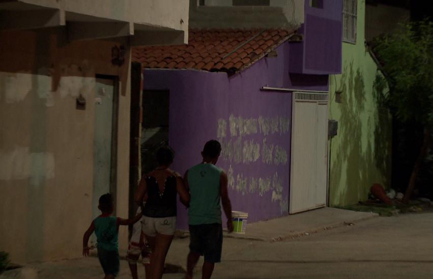 """Polícia apaga pichações com """"ordem de despejo"""", mas famílias seguem indo embora"""